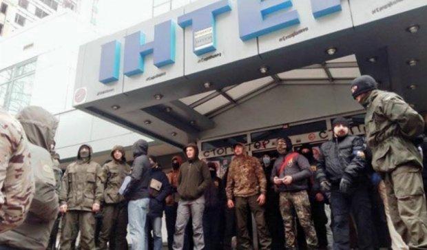 """Бійці """"АЗОВ"""" заблокували телеканал """"Інтер"""" (фото)"""