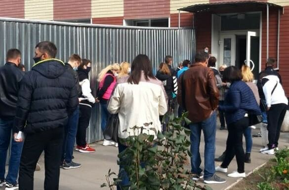 У Запоріжжі люди годинами стоять у черзі до лікарні, фото: соціальні мережі