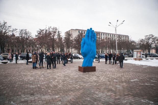 """Синяя рука """"перекочевала"""" от Кличко к Филатову: скандальный арт-объект установили в Днепре"""