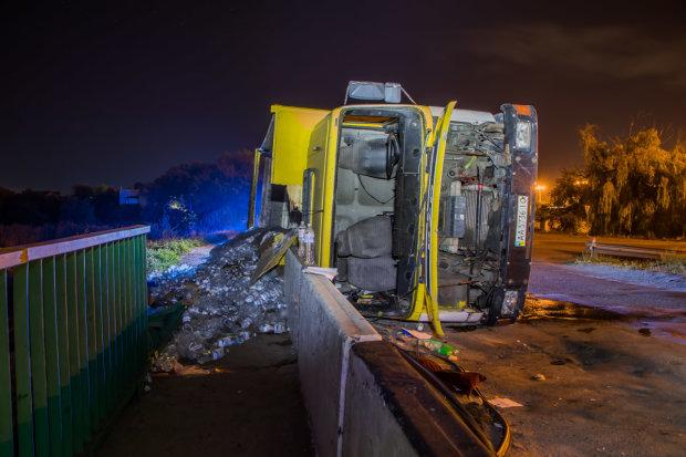 Под Днепром перевернулся грузовик с водой: водитель скрылся