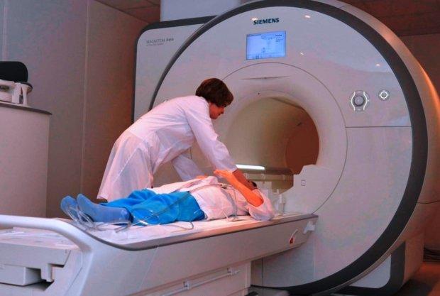 Монстр оселився у черепі жінки: пожирав мозок по шматочках, лікарі ледве знайшли цю мерзоту