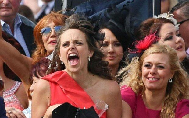 """Толпа поддатых """"леди"""" превратила город в свалку: невероятные фото дикого шествия"""