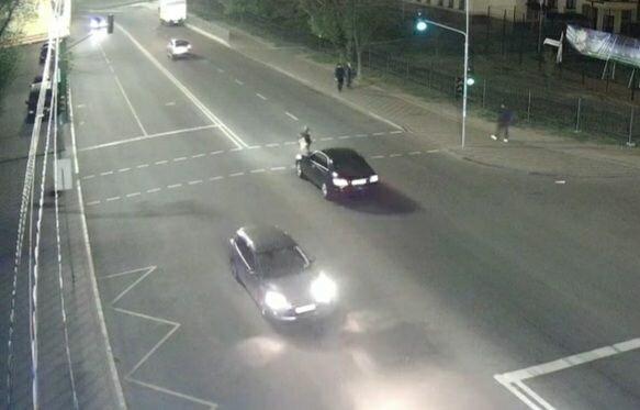 """У Києві Mercedes посадив на капот екстремалку, яка вирішила """"прогулятися"""" дорогою на червоне світло"""