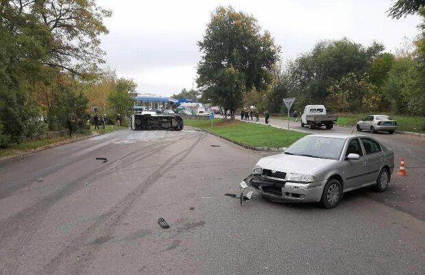 В Запорожье дерзкая легковушка перевернула маршрутку с людьми, есть пострадавшие