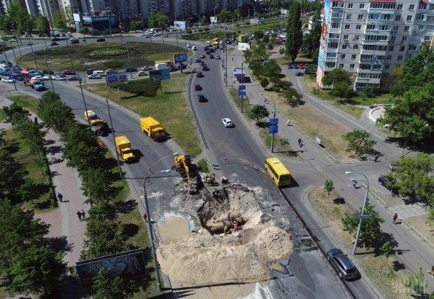 У центрі Києва дорога валиться на очах, посеред вулиці – озера: фото