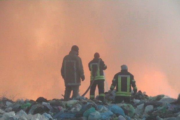 Под Харьковом горят тонны зловонных отходов: люди задыхаются в собственных домах, - адские кадры