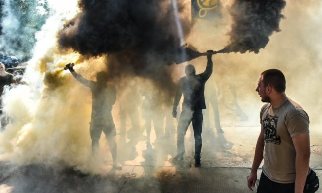 У центрі Києва активісти влаштували масовий протест, вулиці оповиті густим димом: відео