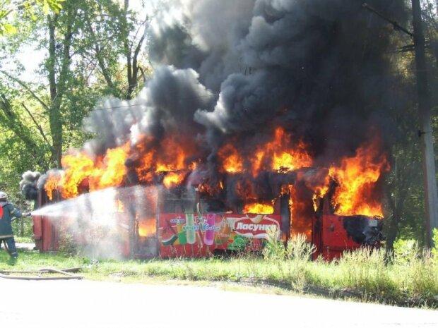 """Людей заштовхали в палаючий """"крематорій"""" у центрі Києва, рятувалися як могли: подробиці кошмару"""
