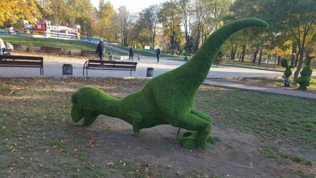 Вандали повалили фігурку динозавра в Запорізькому парку, фото: соціальні мережі