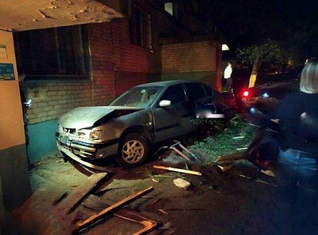 """У Запоріжжі п'яний в зюзю водій """"припаркувався"""" в під'їзд - шифрувався від дружини і втрапив у епічну халепу"""