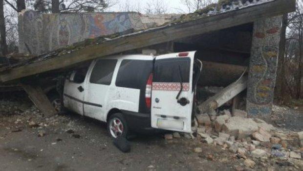 На Львівщині автомобіль влетів у зупинку