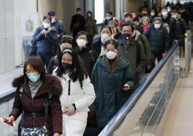 Китайський коронавірус змусив світову економіку судомно сіпатися: що буде з курсом долара, і чого чекати Україні