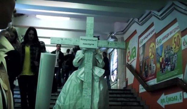 Дівчина з величезним хрестом пройшлася харківською підземкою (фото, відео)