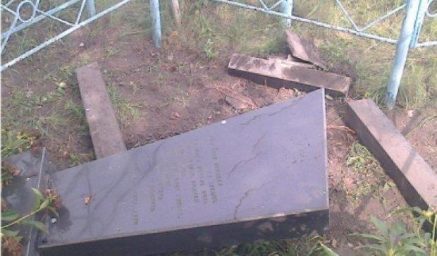 На Кировоградщине вандал надругался над 25-тью могилами