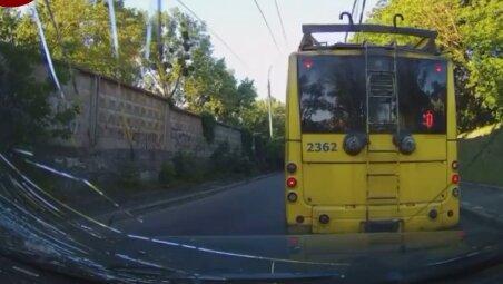 """Тролейбус """"развалился"""" в Киеве, скриншот"""