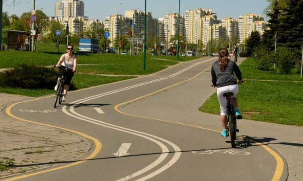 """""""Не трамвай, об'їдеш"""": киян обурив кіоск, що """"заїхав"""" на велодоріжку"""