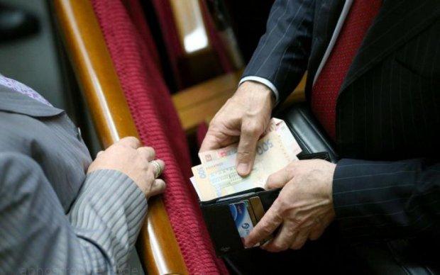 Новые зарплаты под елку: на сколько расщедрилась власть