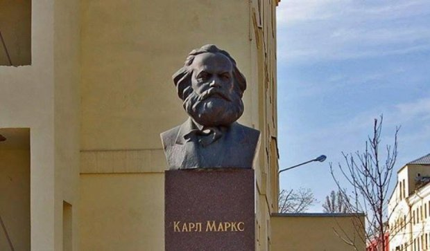 Карл Маркс до сих пор стоит на фабрике Порошенко