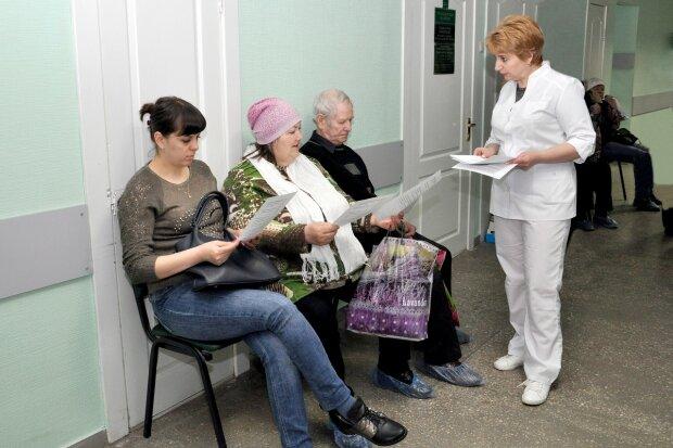 У МОЗі сказали, коли українці перестануть платити за лікарські послуги: названа дата затвердження гарантованого пакету