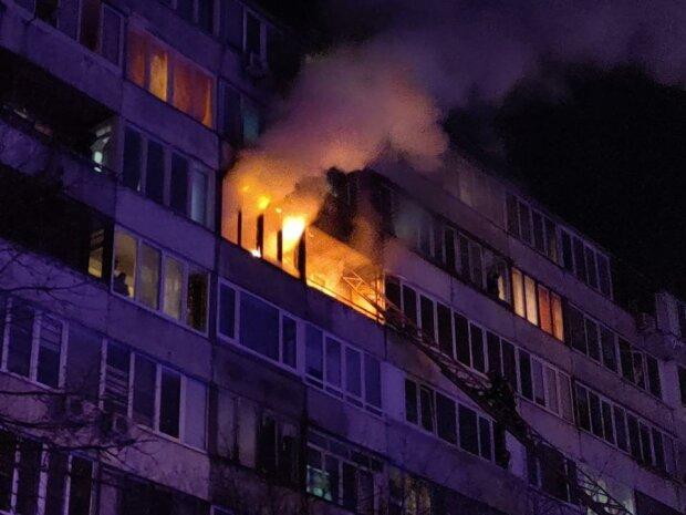 В Киеве на Троещине адское пламя охватило многоэтажку, полную сидящими на карантине людей - спасатели совершили чудо