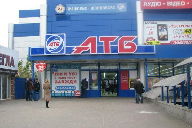 """""""Нет воды? Мойтесь в АТБ"""": киевлян удивил """"душ"""" посреди супермаркета"""