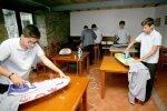 """Іспанських хлопчиків привчають до """"жіночої роботи"""" по дому, фото: travelask"""