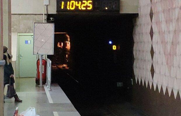 У Харкові дівчина кинулася під потяг і паралізувала метро, перші подробиці