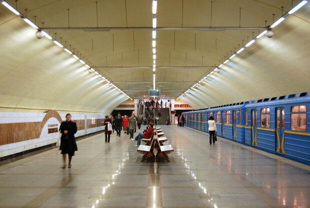 Можно ехать: киевское метро заработало после минирования моста Метро