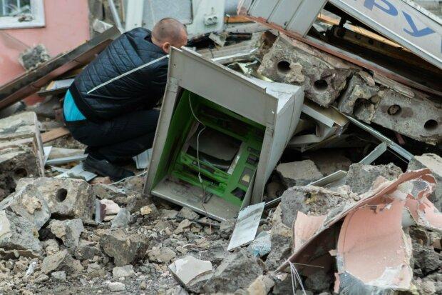 """Город сотрясло от мощного взрыва, """"Ощадбанк"""" взлетел на воздух: первые кадры и детали"""