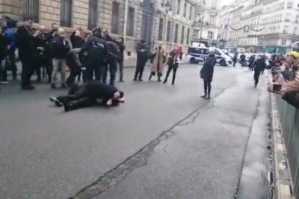 Встреча Зеленского с Путиным: голые активистки прорвались через копов, фото