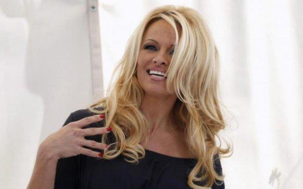Легенда Playboy появилась на публике в одном купальнике