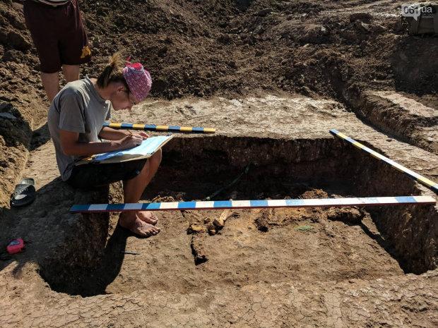 Запорожские археологи обнаружили останки 2-х метрового вождя: фото