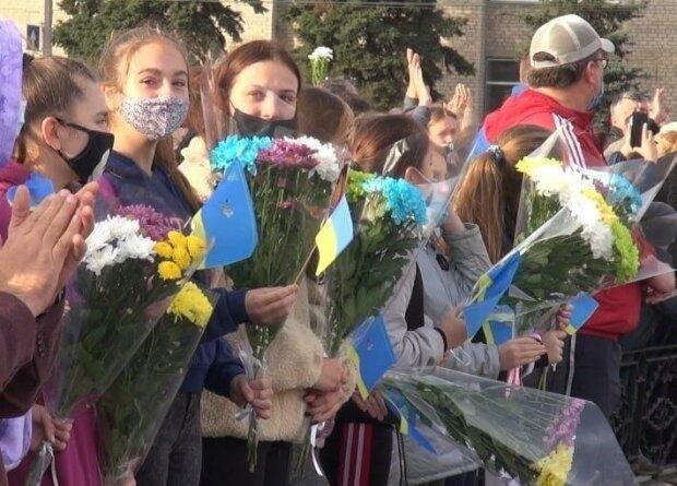 Достойный финиш спасательной операции на Луганщине: сотни украинцев с цветами пришли поблагодарить