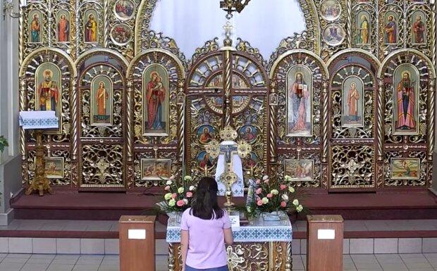 Молитва в церкви, кадр из видео