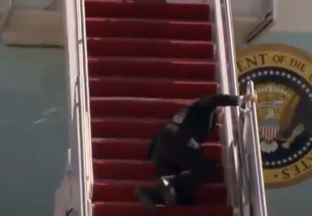 Джо Байден падает, скриншот видео