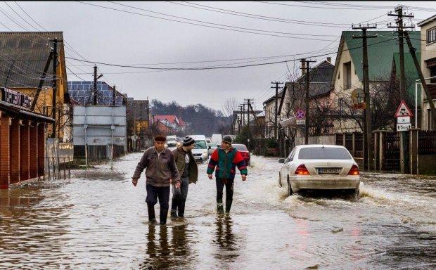 На Украину обрушились мощные потоки воды, стихия сносит все на своем пути, трупы гниют прямо на полях