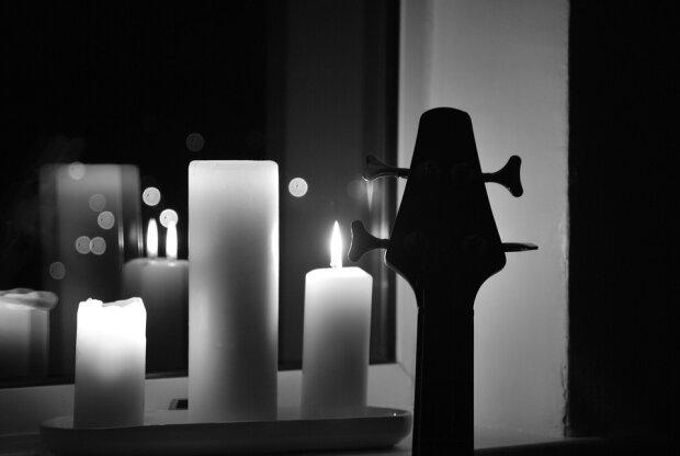 Свеча памяти и гитара, иллюстративное фото из свободных источников