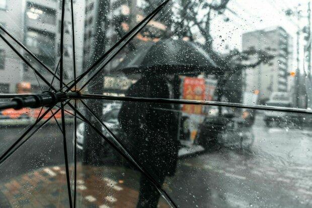 Погода на кінець тижня: дощова завіса витисне аномальні заморозки