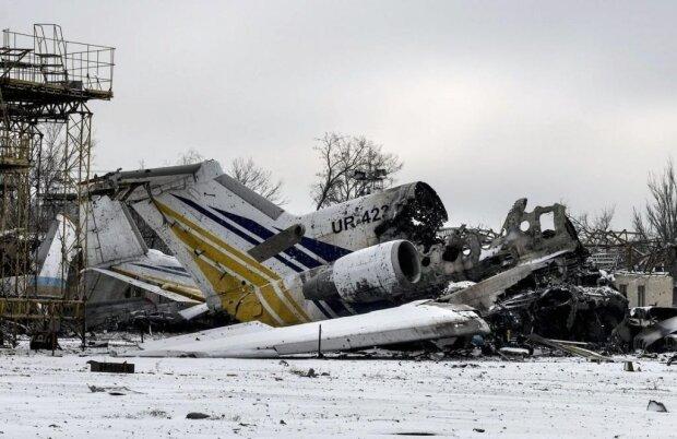 """Розбомблені літаки та спалені танки: як виглядав донецький аеропорт після """"навали"""" російських окупантів, небачені фото"""