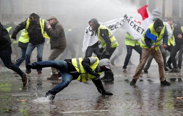 """В Париже """"желтые жилеты"""" сцепились с полицией и устроили кромешный ад"""