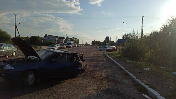 На Львовщине BMW и Opel не поделили дорогу - сынок в морге, мама с папой в больнице