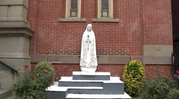 Статуя Девы Марии, скриншот: YouTube