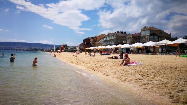 Щасливі л*йна не спостерігають: як насправді виглядають пляжі Криму в розпал літнього сезону