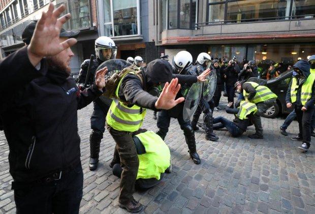 """В ход пошла """"тяжелая артиллерия"""": копы утихомирили разъяренных протестующих любимым инструментом, видео"""