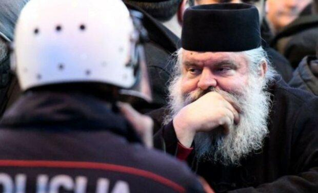 """400 священников и верующих с камнями пришли """"отбивать"""" эпископа у полиции – дошло до гранат и слезоточивого газа"""