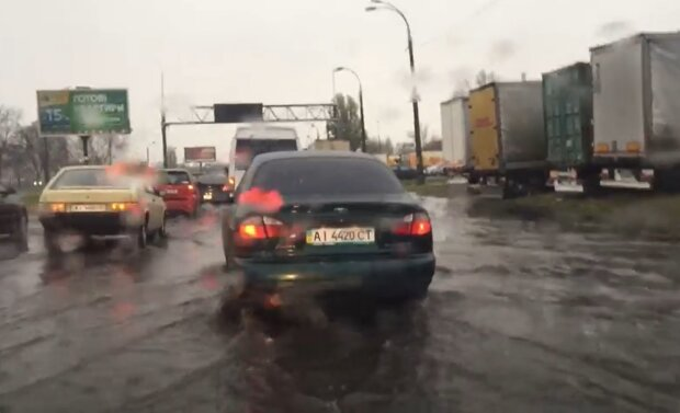 Бросай машину и хватай лодку: Киев утопает в погодных капризах, видео с водной стихией попали в сеть