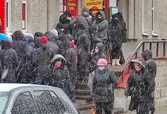 Десятки тернополян наплевали на эпидемию ради штанов и кофт: секонд по расписанию