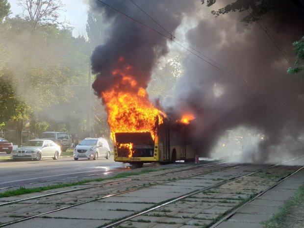 Не залишилося нічого: в Чернівцях загадково запалала маршрутка