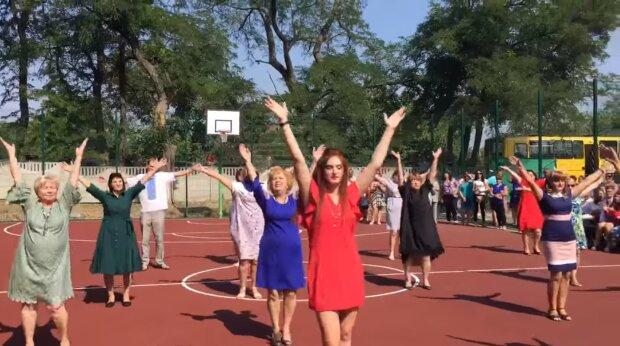 Запалили як в старі-добрі: вчителі в Дніпрі влаштували танцювальний флешмоб