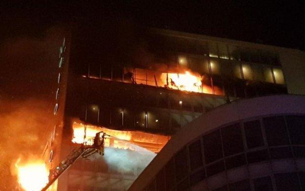 Моторошна пожежа в готелі убила 18 людей: відео